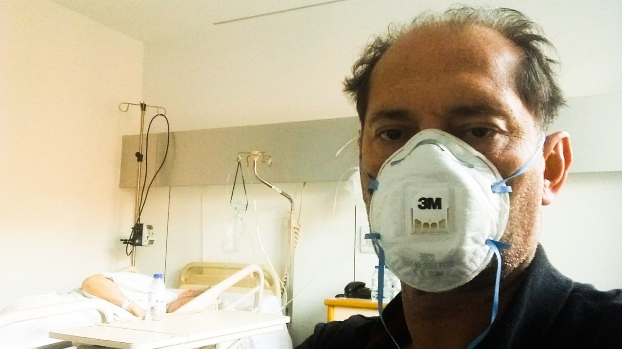 Tomás Piñeiro junto a su padre en la habitación de su 'viacrucis' en el complejo hospitalario Ruber de Juan Bravo (Madrid)