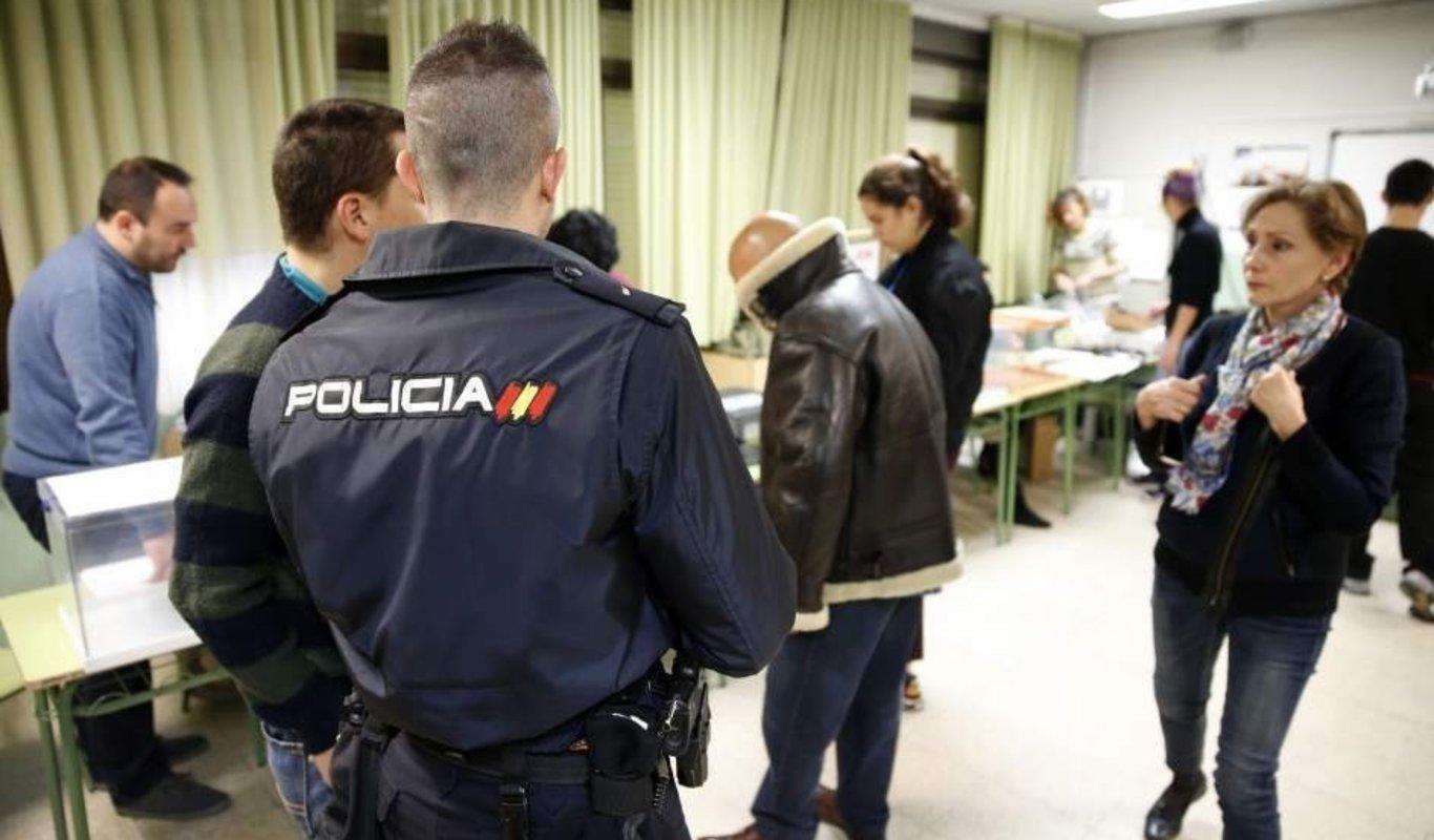 Un policía nacional en un colegio electoral.