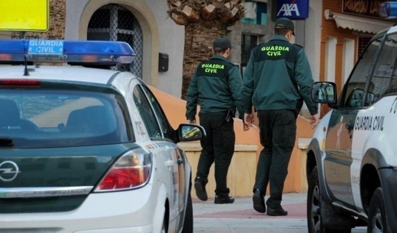 Dos guardias civiles patrullan por la calle.