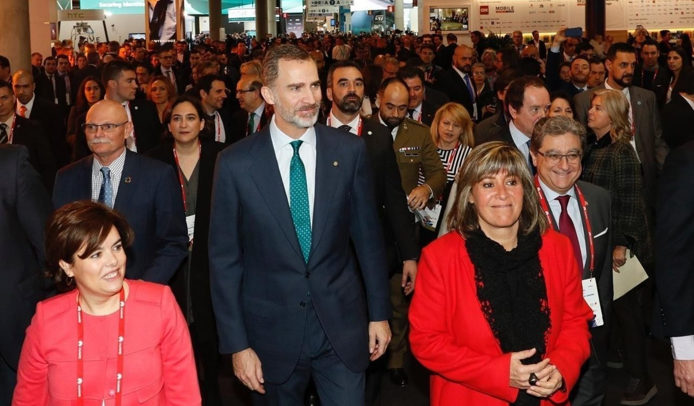 Felipe VI en el Mobile World Congress, con Ada Colau detrás.