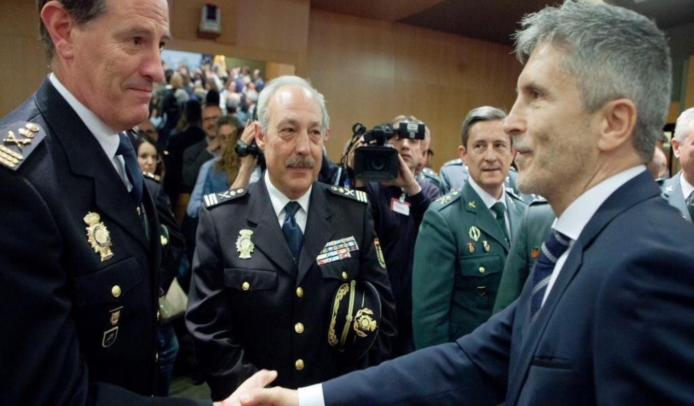 El ministro Grande-Marlaska, con mandos de la Policía Nacional y la Guardia Civil.