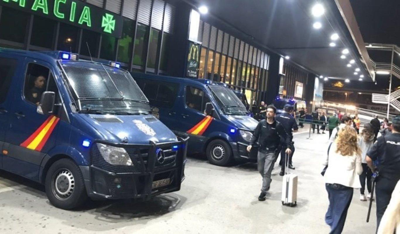 Policías nacionales protegen la estación de Sants, en Barcelona, en octubre de 2019 (Foto: @Arran_jovent).