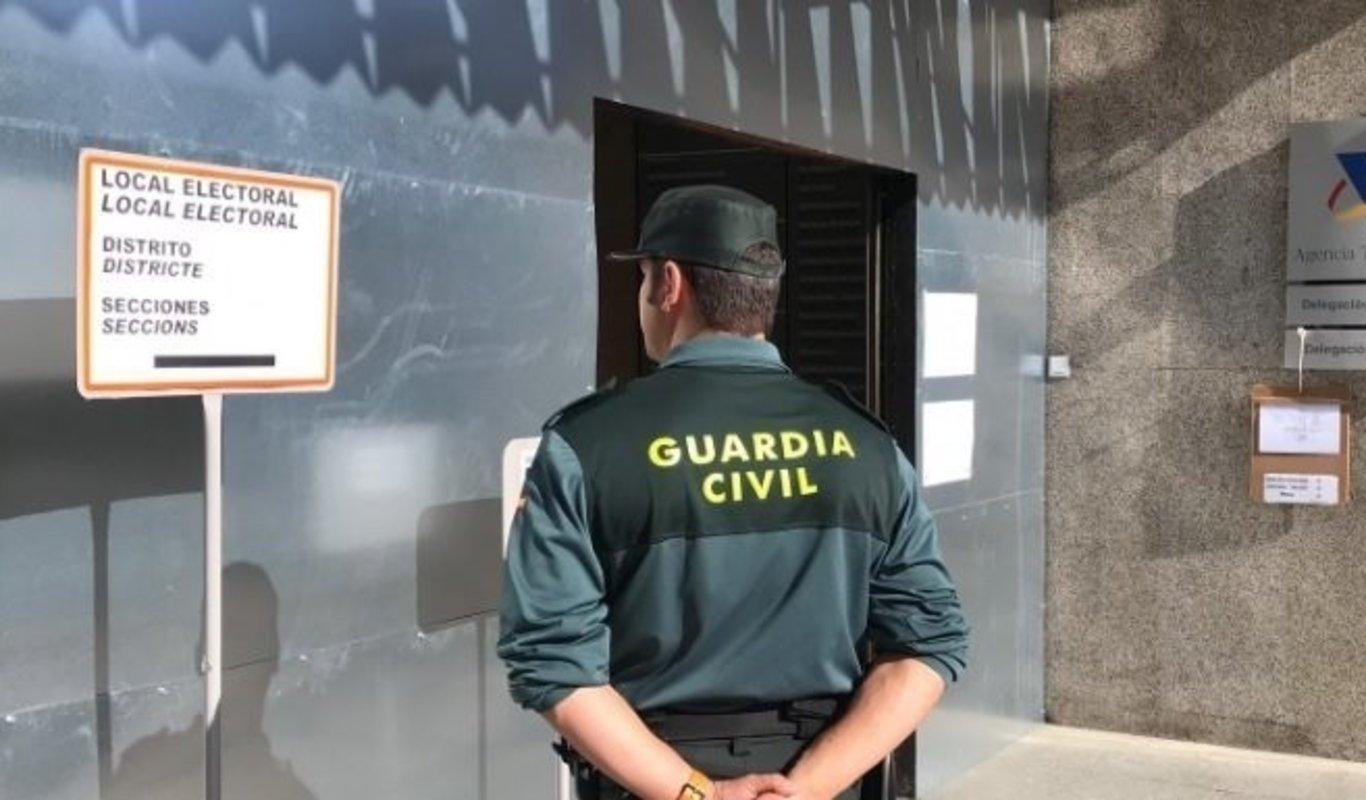 Un guardia civil en un colegio electoral el 10 de noviembre de 2019.