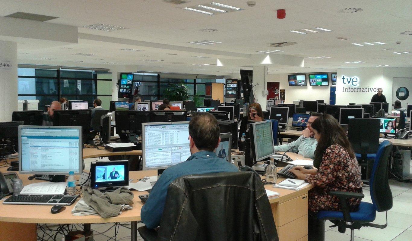 Las redacciones de TVE y Telecinco se dividen en dos grupos: retenes en las sedes y periodistas de calle