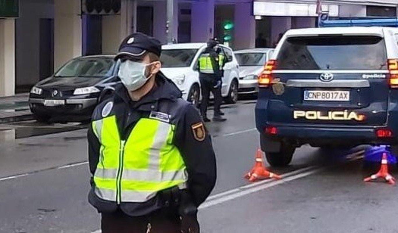 Un policía nacional con mascarilla.