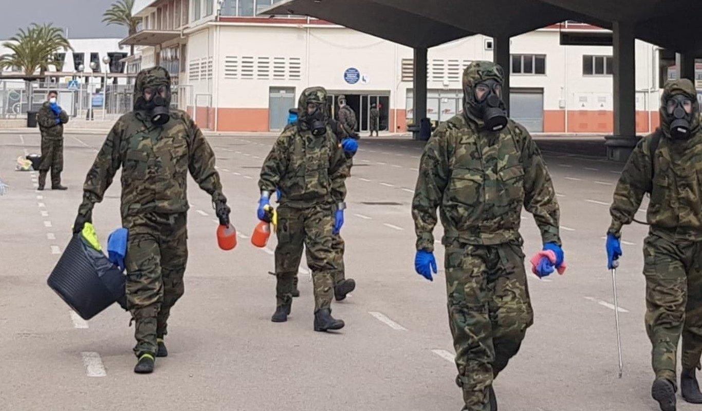 Militares con equipos de protección NBQ.