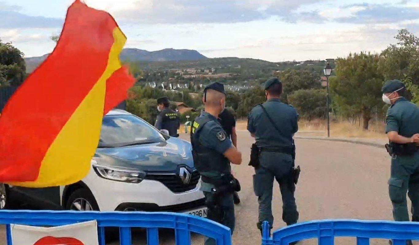 La Guardia Civil sanciona a un sargento del mismo cuerpo ante el chalet de Pablo Iglesias.