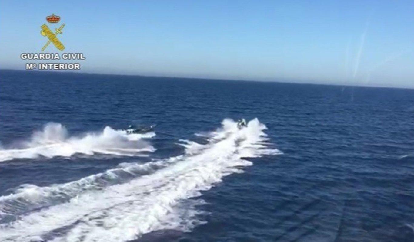 Una embarcación de la Guardia Civil persigue la lancha de unos narcos.
