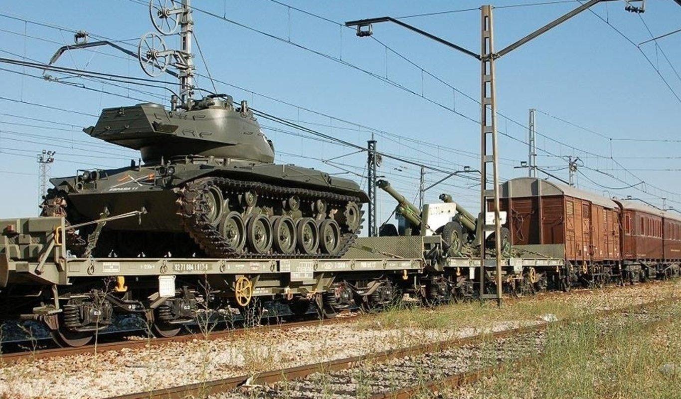 Carro de combate M-41 y obuses sobre el tren histórico de las Fuerzas  Armadas 43e53929155