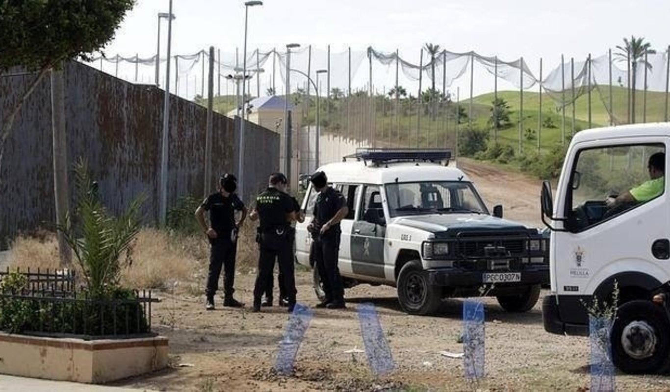 Agentes del GRS en la valla de Melilla.