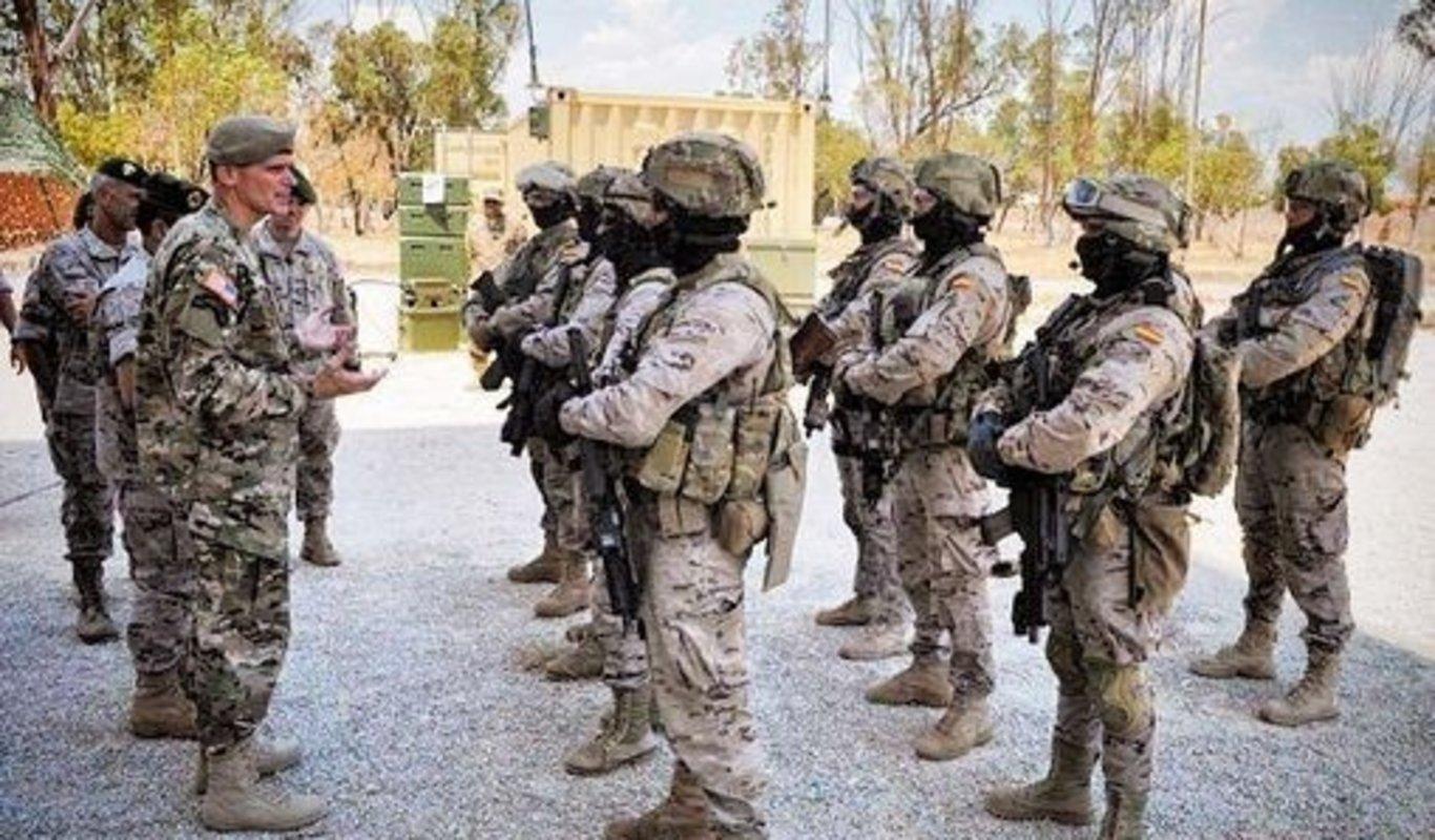 El general estadounidense al mando del SOCOM conversa con los  apos boinas  verdes apos  que 56488d768b8
