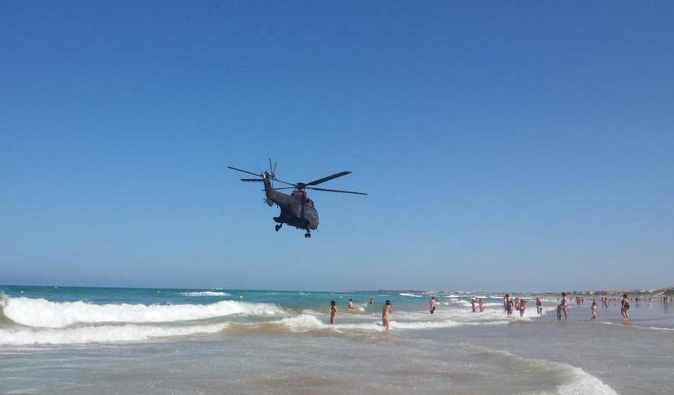 Militares de la base de Agoncillo denuncian que el jefe del Bhelma III  sobrevoló a baja altura con un Super Puma la zona costera de Cádiz donde  veranea f7710f2831e