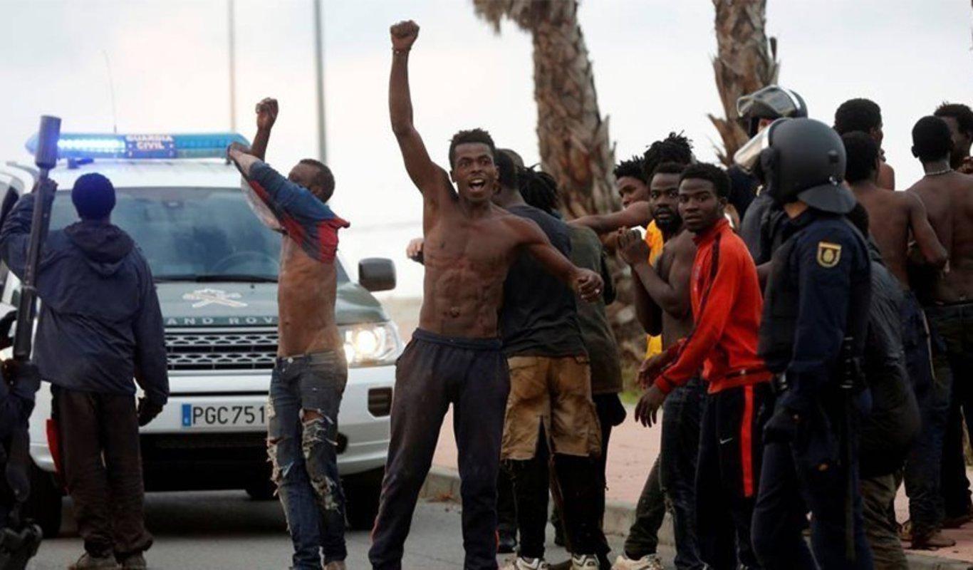 Más de 100 inmigrantes saltan la valla de Ceuta