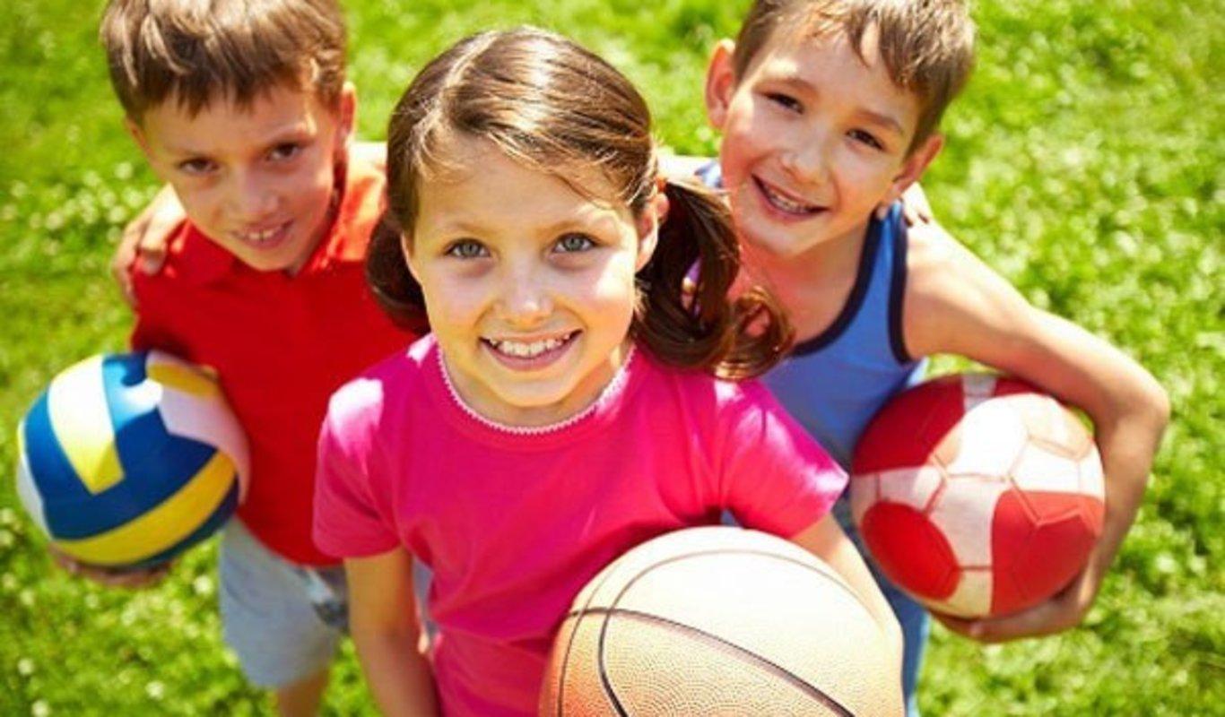 niños con balones de diferentes deportes