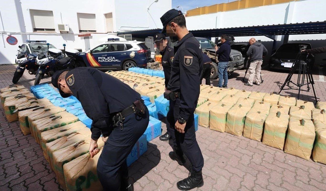 La Policía analiza el material incautado en la última operación contra los narcos.