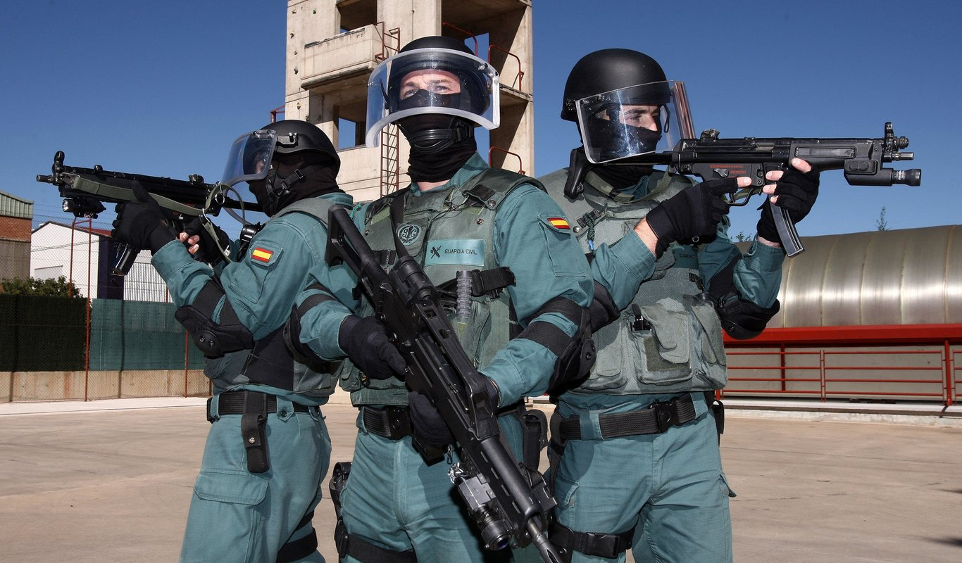Guardias Civiles provistos de dos MP5 y un G36.