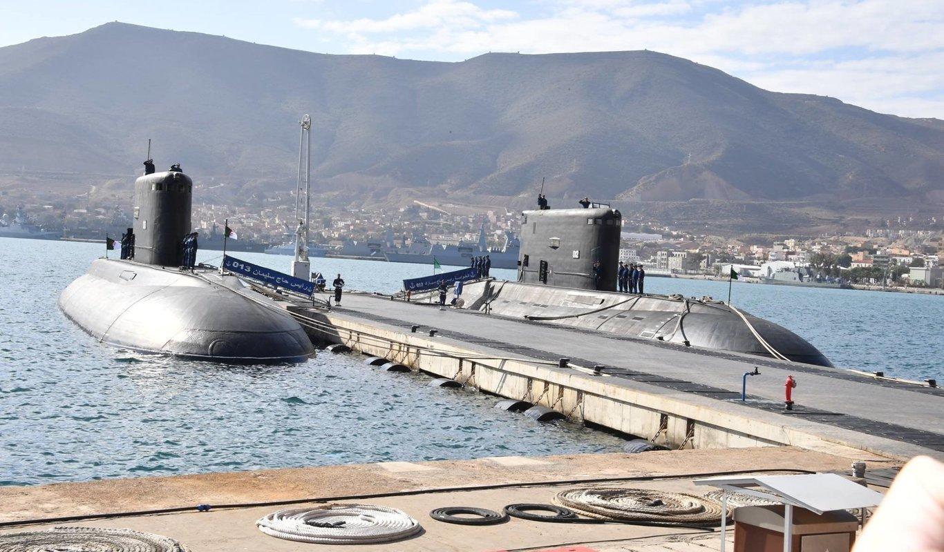 Submarinos argelinos en puerto.