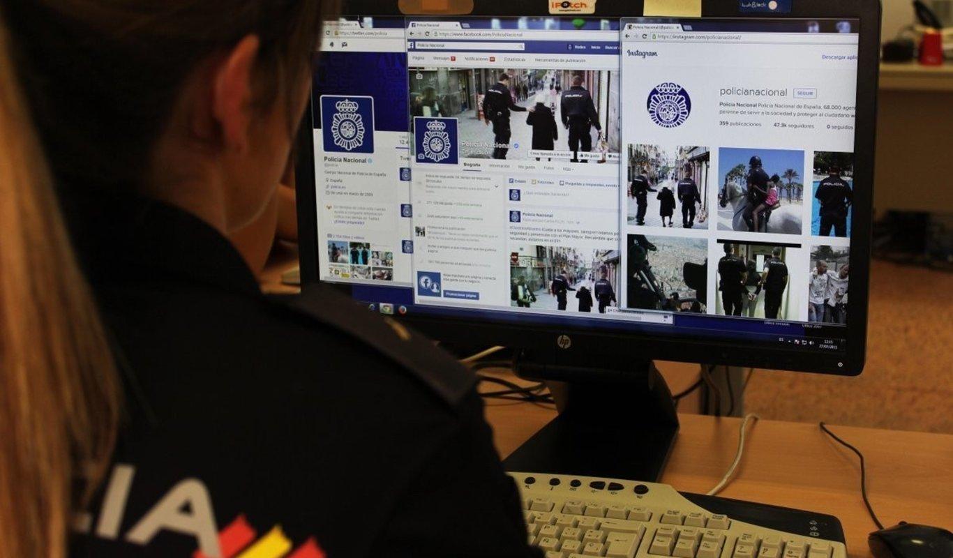 Agente de Policía frente a un ordenador.