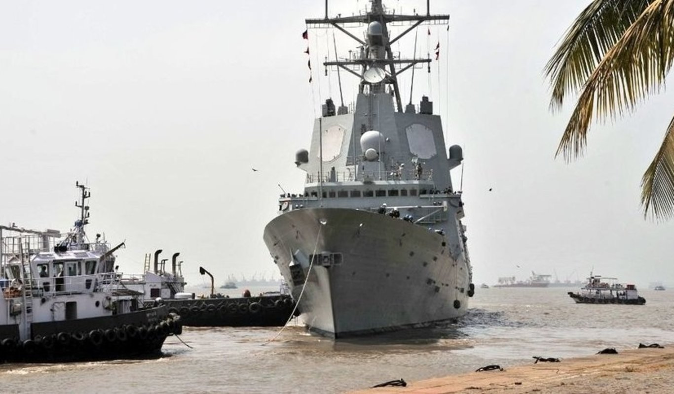 La fragata española 'Méndez Núñez', en el puerto de Bombay.