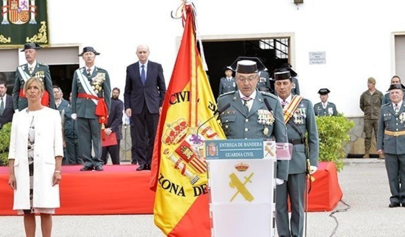 Un acto de entrega de bandera a la Guardia Civil.