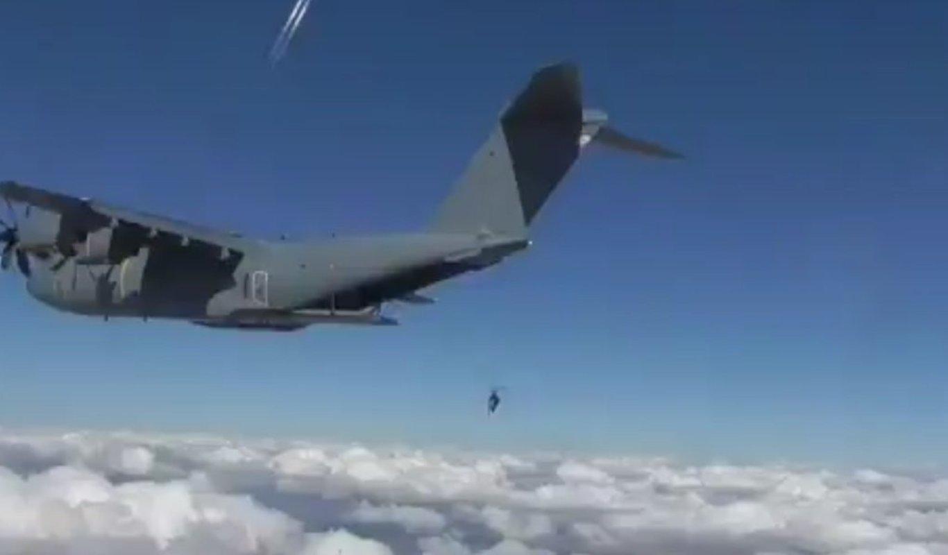 El Escuadrón de Apoyo al Despliegue Aéreo se lanza en modo manual desde un A400M.
