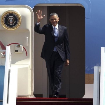 Barack Obama desciende del Air Force One en una visita oficial.