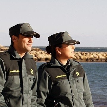 Agentes de la Guardia Civil con gorra.