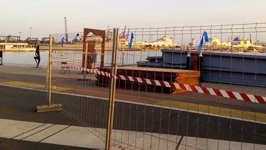 Lazos azules en el puerto de Valencia.