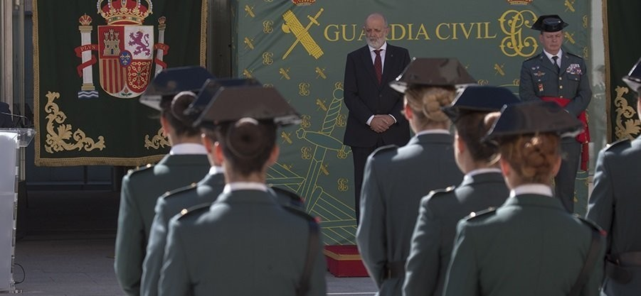 La Guardia Civil introduce el bolso en el uniforme de las mujeres