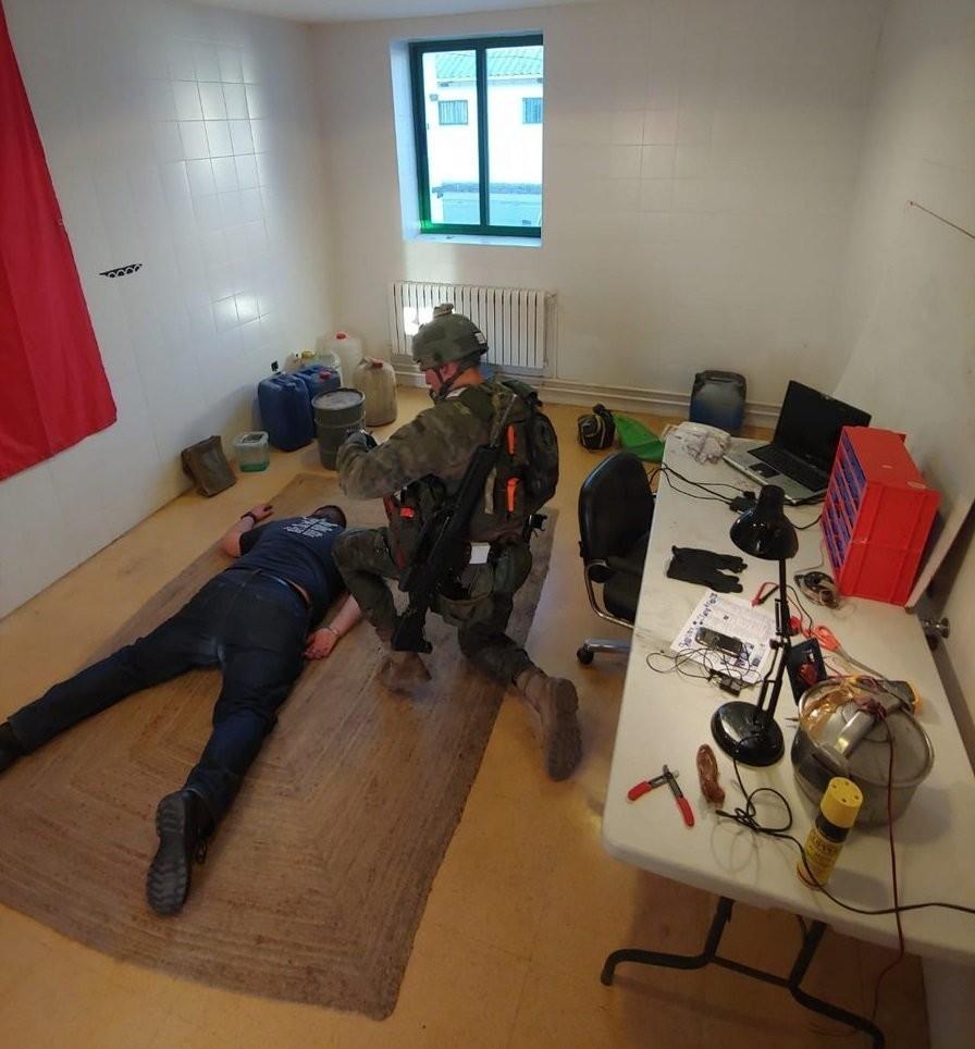 Laboratorio de explosivos de la célula terrorista.