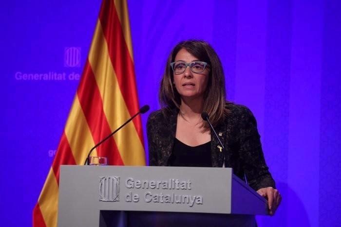 A la portavoz del Govern, Meritxell Budó, por no responder las preguntas de los periodstas en castellano