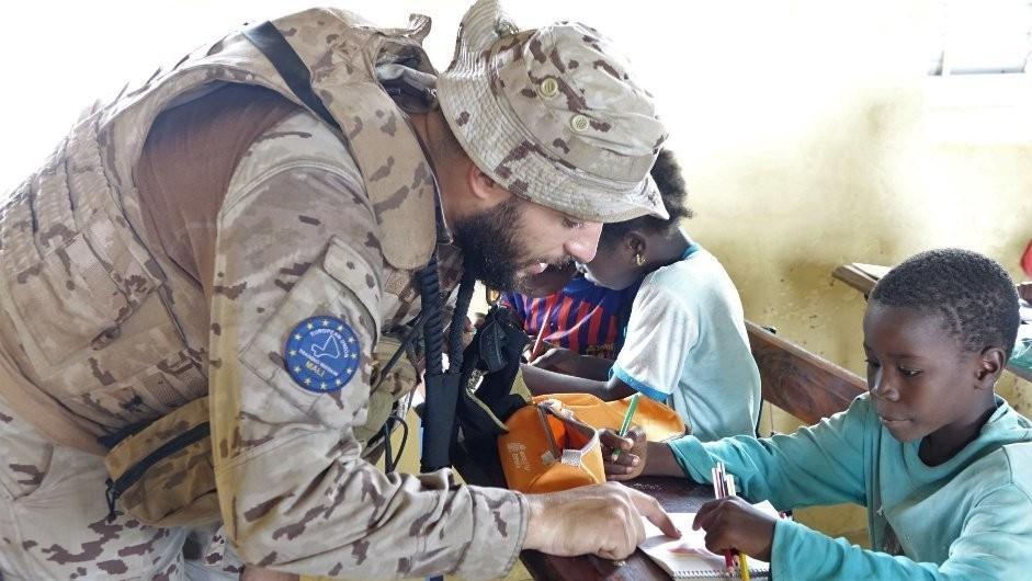 A los militares españoles que han entregado material escolar en un colegio de Mali