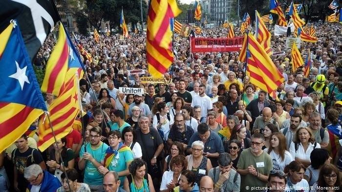 Medio millar de personas cortan la Diagonal de Barcelona para protestar contra la detención de Puigdemont