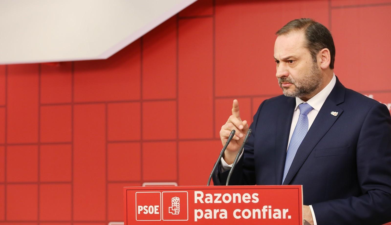 """Un centenar de militantes del PSOE han pedido a Ábalos que se vengue de Pedro Sánchez por el """"mal trato recibido"""""""